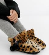 Pantuflas estilo bota con detalle de pompón y estampado de leopardo de...